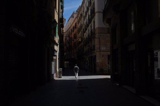 Un hombre pasea por una calle durante el tercer día de desconfinamiento de adultos y durante la fase 0 de la desescalada en la que se permite la apertura de ciertos establecimientos, aunque con ciertas normas