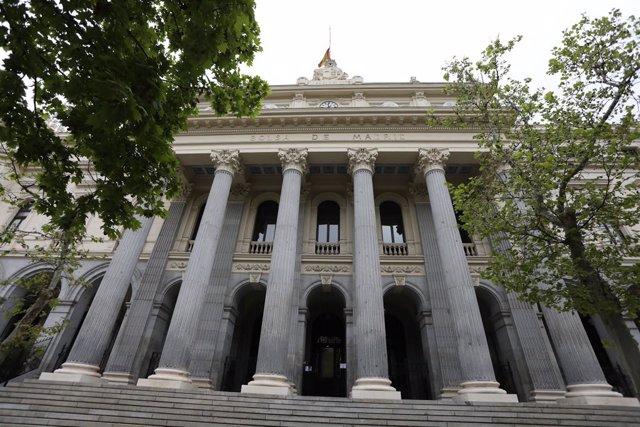 Economía/Bolsa.- El Ibex 35 lucha por revertir las pérdidas en la media sesión (