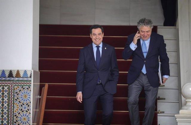 El presidente de la Junta de Andalucía, Juanma Moreno (i), a su llegada a la sesión presencial de la Diputación Permanente del Parlamento (Foto de archivo).