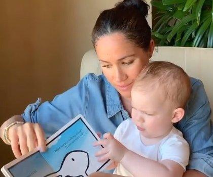 Meghan Markle y Harry publican un vídeo con Archie para colaborar con Save The Children