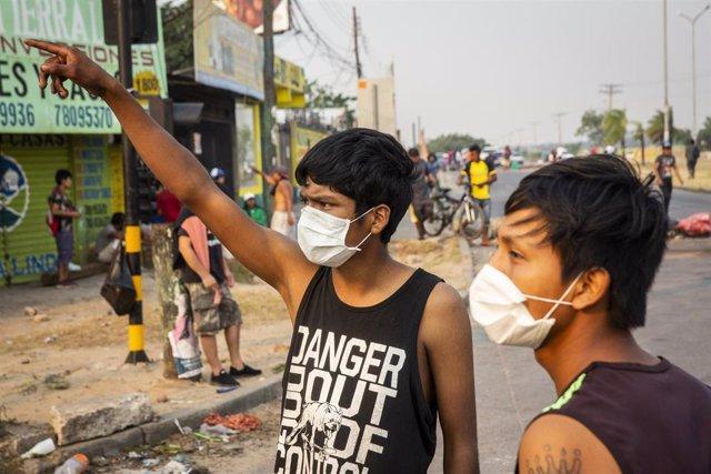 Niños con mascarilla por la pandemia de coronavirus en la ciudad boliviana de Santa Cruz