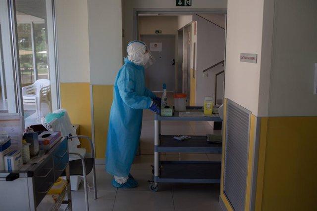 Un voluntari de l'ONG Proactiva Open Arms prepara en un passadís el material per realitzar test ràpids de Covid-19 als residents de la Residència Geriátrica Redós de Sant Pere de Ribes, Catalunya (Espanya) a 30 d'abril de 2020.