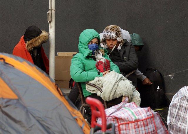 Coronavirus.-El Arzobispado de Santiago de Chile acoge a 120 peruanos acampados
