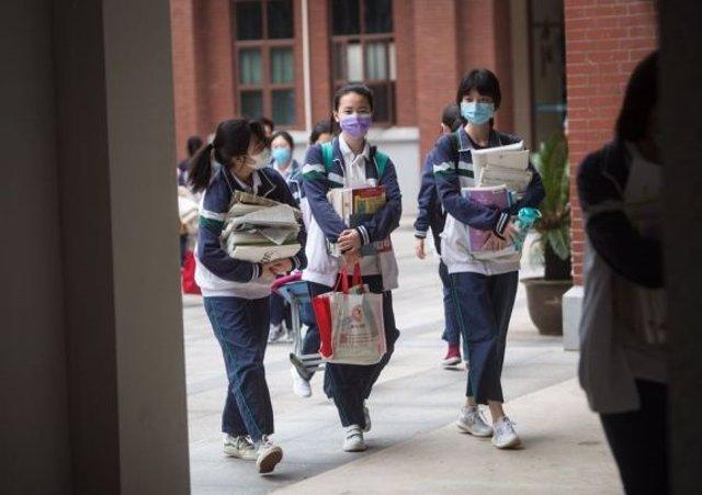 Coronavirus.- Más de 57.000 estudiantes de Wuhan retoman las clases en los insti