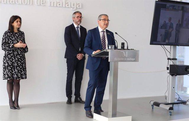 Francisco Salado, presidente de la Diputación de Málaga, en rueda de prensa este 6 de mayo junto a Margarita del Cid y Juan Carlos Maldonado, vicepresidentes de la Diputación
