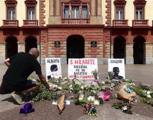 Un hombre deposita unas flores en el homenaje en la plaza de Unzaga de Eibar a los dos trabajadores que siguen sepultados en el vertedero de Zaldibar cuando se cumplen 3 meses del desprendimiento, 6 de mayo de 2020.