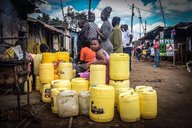 Persones esperen per agafar aigua a Nairobi