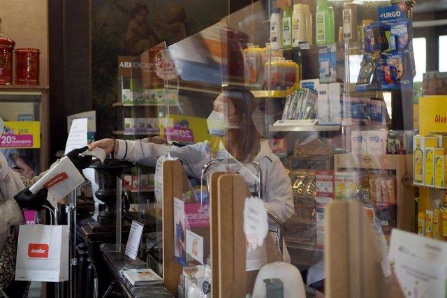 Una persona es atendida por una trabajadora de una farmacia de Vitoria, durante el día 46 de estado de alarma por la crisis del Covid-19. En Vitoria, País Vasco, (España), a 29 de abril de 2020.