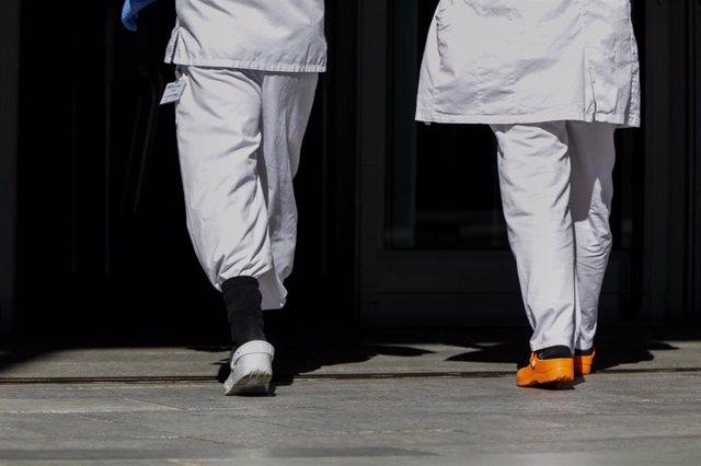 Dos sanitarios caminan por el hospital de campaña de IFEMA.