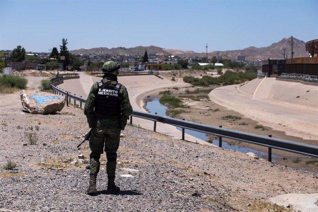 Un soldado del Ejército de México en la frontera compartida de Ciudad Juárez con la ciudad estadounidense de El Paso.