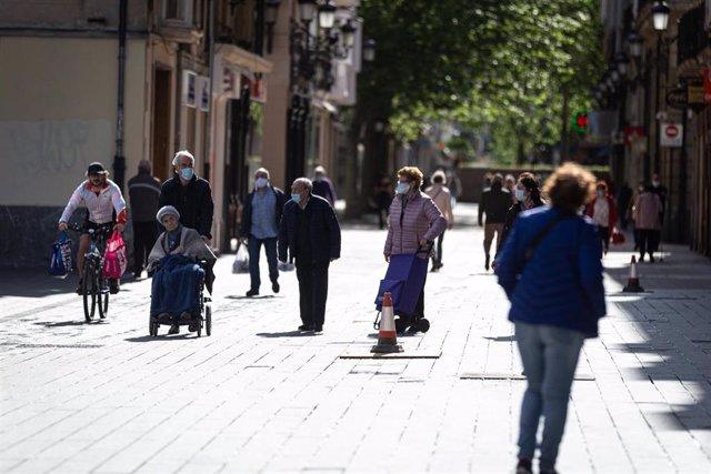 Ancianos en el primer día en el que se permite a los mayores de 14 años salir a la calle a dar paseos y a hacer deporte en distintas franjas horarias, en Álava (Vitoria/País Vasco/España) a 2 de mayo de 2020. Los mayores de 70 años tienen reservadas las