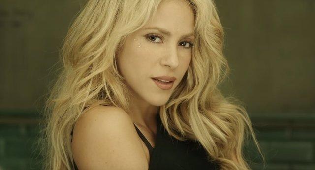 Shakira se seca el pelo en una reunión con el CEO DE SONY