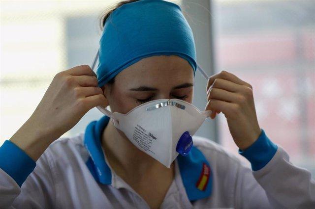 La enfermera del SUMMA Raquel Lafuente descansa en las instalaciones del Servicio de Urgencia Médica (SUMMA 112) durante un día de trabajo en el estado de alarma decretado por el Gobierno por el coronavirus. En Madrid (España) a 26 de abril de 2020.