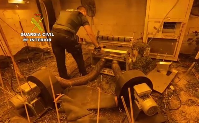 Un agente de la Guardia Civil en un cultivo de marihuana subterráneo en Níjar (Almería)