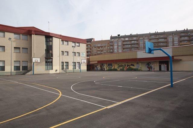 Patio de uno de los colegios de Vitoria cerrados temporalmente -en principio hasta el próximo 23 de marzo- como medida de prevención para evitar el contagio de coronavirus entre escolares, en Vitoria, Álava / País Vasco (España), a 10 de marzo de 2020.