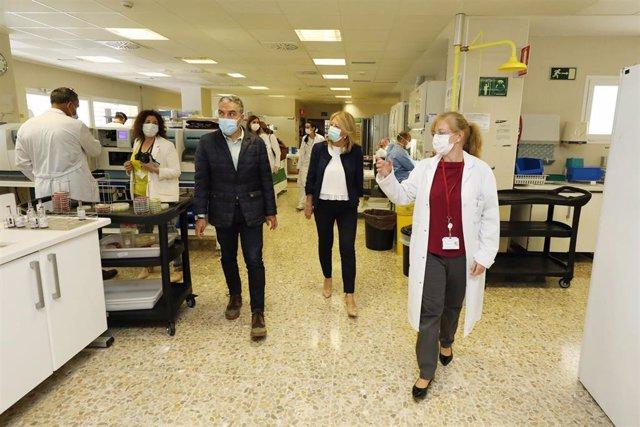 El consejero de la Presidencia, Elías Bendodo, y la alcaldesa de Marbella, Ángeles Muñoz, visitan al Hospital Costa del Sol