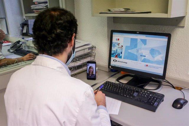 Un farmacéutico habla con una paciente por videollamada para comprobar qué medicación necesita y para organizar que un voluntario inscrito en el programa especial de voluntariado de Fundación ONCE frente a la emergencia del coronavirus se la lleve a su do