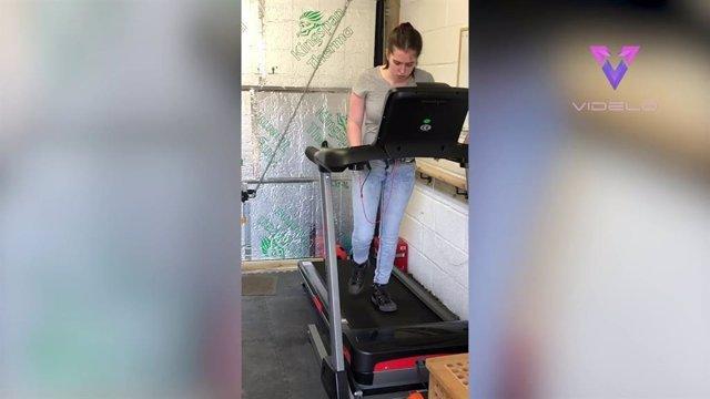 Una adolescente que se recupera de un derrame cerebral camina para recaudar fondos para los hospitales