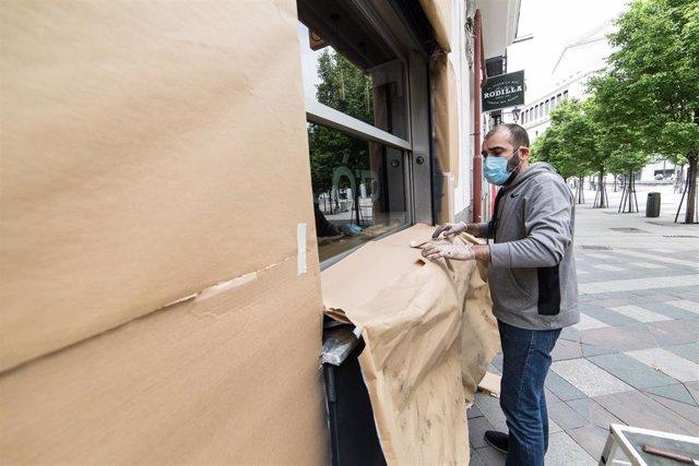 Un hombre prepara su establecimiento de Ópera: Pizza para su posible apertura el día 11 de mayo, día en el que la ciudad entraría en la fase 1 de la desescalada de la pandemia del Covid-19. En Madrid (España) a 7 de mayo de 2020.