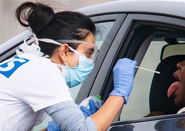Una trabajadora sanitaria realiza una prueba por coronavirus en Londres, Reino Unido