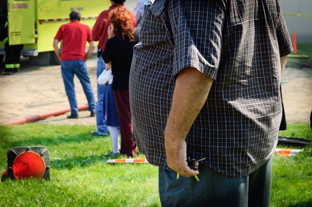 Hombre con obesidad. Sobrepeso. Barriga