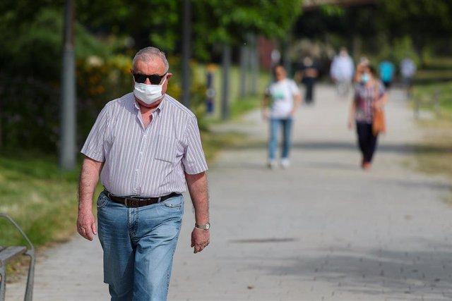 Personas caminan por el parque del Río Turia durante su franja horaria permitida en la desescalada ante la crisis del Covid-19 en la que mayores de 14 años y menores de 69 tienen permitidas las salidas para pasear y hacer deporte de 06.00h a 10.00h y de 2