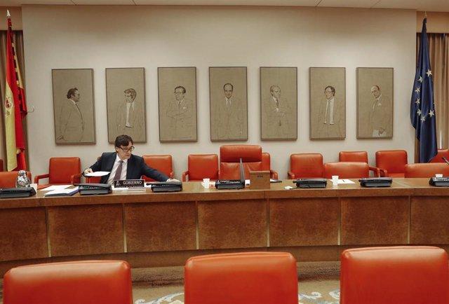 El ministro de Sanidad, Salvador Illa, minutos antes de que comience su séptima comparecencia ante la Comisión de Sanidad en el Congreso de los Diputados