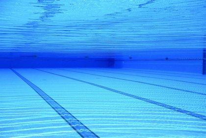 Expertos en piscinas aseguran que los tratamientos de desinfección usados habitualmente acaban con el virus