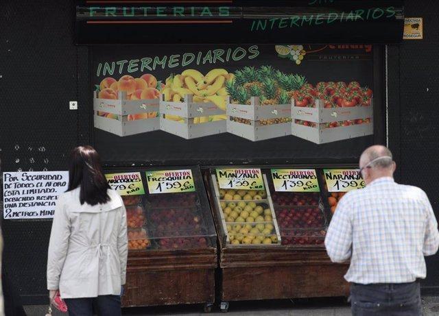 Clientes realizan la compra en una frutería de la capital, durante el tercer día de desconfinamiento para adultos por franjas horarias. En Madrid, (España), a 5 de mayo de 2020.