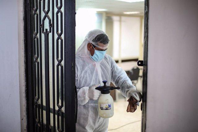 Coronavirus.- Egipto registra un máximo diario de casos y supera los umbrales de