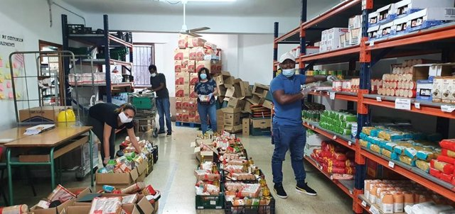 Labores de preparación en un centro de distribución de alimentos.