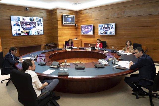 El presidente del Gobierno, Pedro Sánchez (1r), el vicepresidente Pablo Iglesias, (2i), el ministro de Sanidad, Salvador Illa (1i), las vicepresidentas Carmen Calvo (2r) y Nadia Calviño (3r) y la ministra de Hacienda, Maria Jesús Montero