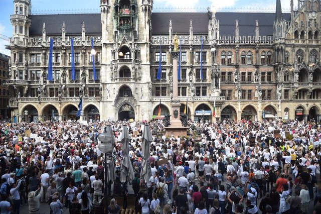 Coronavirus.- Más de 3.000 personas vuelven a entremezclarse en Múnich para prot
