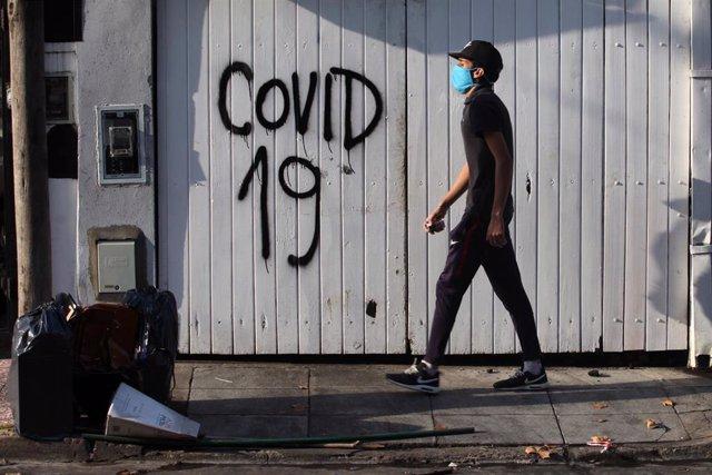 Un hombre con mascarilla por el coronavirus en una calle de Buenos Aires