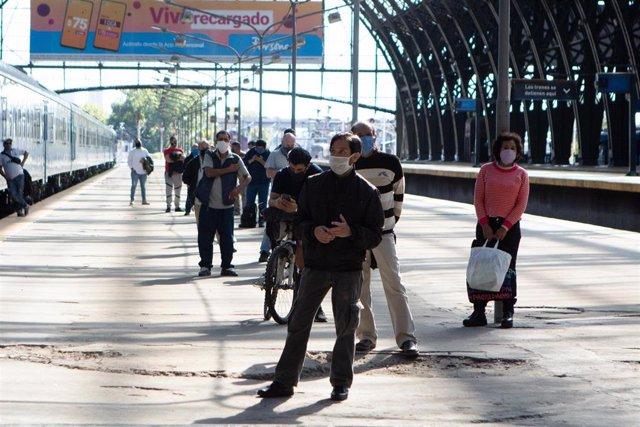 Un grupo de personas hace cola en la estación de tren de Retiro, en Buenos Aires, a la espera de someterse a la prueba de Covid-19.