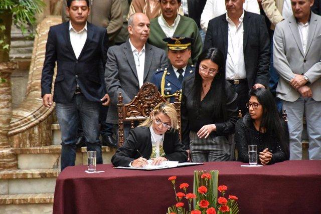 Coronavirus.- Bolivia endurece y amplia las sanciones contra quienes desinformen