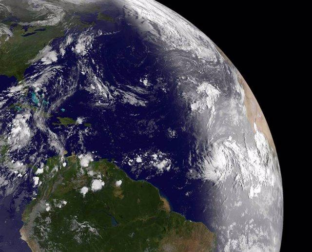 La tormenta tropical 'Katia' se ha transformado en huracán a su paso por el Atlántico y podría alcanzar los 178 kilómetros por hora este próximo fin de semana, al tiempo que otra masa de tormentas eléctricas, que podría recibir el nombre de 'Lee', ha