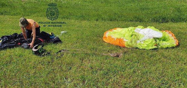 Parapentista sancionado por la Policía por sobrevolar Oviedo durante el estado de alarma.