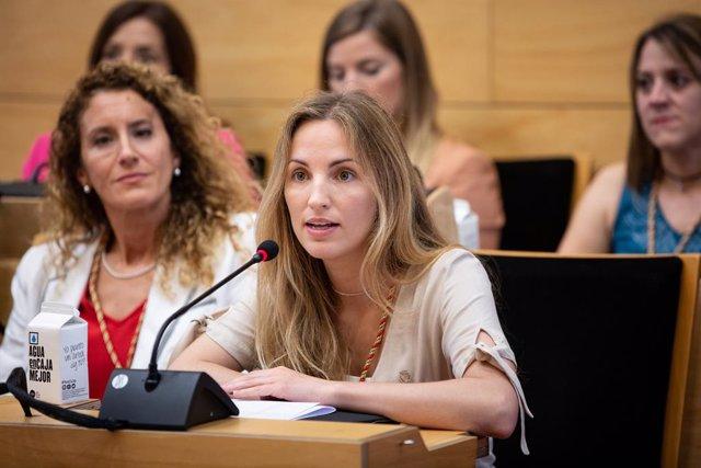 L'alcaldable de Badalona en Comú, Aida Llauradó, intervé en la sessió de constitució de l'Ajuntament de Badalona on ha estat nomenat alcalde de la ciutat catalana Alex Pastor (ARXIU)