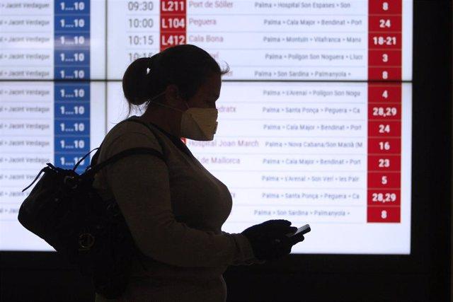 Una mujer con mascarilla en la Estación Intermodal de Palma.