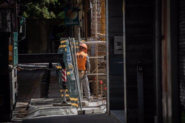 Un operari treballa en l'obra d'un edifici durant el dia 45 de l'estat d'alarma decretat pel Govern per la pandèmia del Covid-19, a Barcelona/Catalunya (Espanya) a 28 d'abril de 2020.