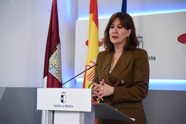 La consejera de Igualdad y portavoz del Gobierno de Castilla-La Mancha, Blanca Fernández, en rueda de prensa