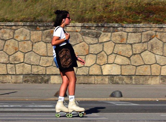 Una mujer patina al sol