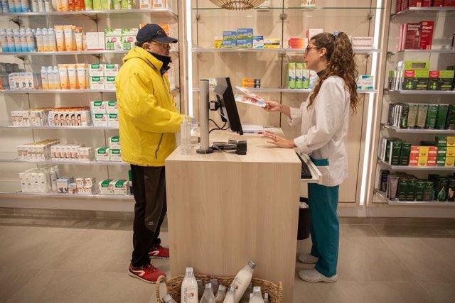 Un home acudeix a una farmàcia de Barcelona a per una mascarilla; el dia en el qual la Generalitat comença a repartir una primera tanda d'1,5 milions de mascarillas a la població, el 20 d'abril de 2020.