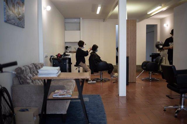 Un perruquer atén a un client durant la fase 0 de la desescalada. A Barcelona, Catalunya, (Espanya), a 5 de maig de 2020.