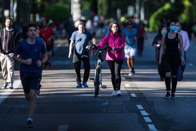 Personas paseando y haciendo deporte en Madrid, (España), a 9 de mayo de 2020.