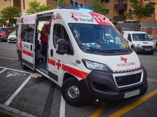 Ambulancia de la Cruz Roja durante un servicio de urgencia realizado en Pamplona, Navarra, España, a 8 de mayo de 2020.