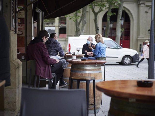 Varias personas en las primeras terrazas que abren en Pamplona, el día en el que la capital navarra pasa junto el resto de la comunidad a la Fase 1 del Plan de Desescalada establecido por el Gobierno. En Pamplona/Navarra (España) a 11 de mayo de 2020.
