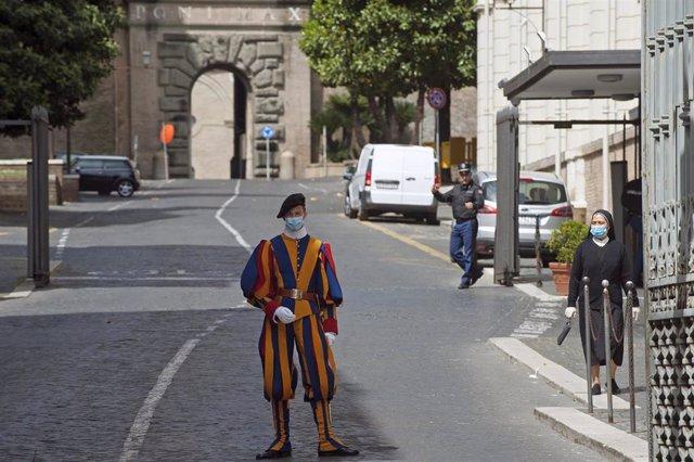 Un guardia suizo a la entrada de la Ciudad del Vaticano