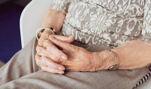 Mujer anciana en una residencia de mayores